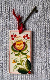 Christmas Tree Decorations, Christmas Ornaments, Holiday Decor, Norwegian Rosemaling, Scandinavian Folk Art, Key Tags, Painted Books, Headboard And Footboard, Tole Painting