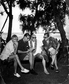 Kekkonen esikuntineen tutki noottia Havaijilla.