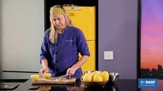Para combater este senso comum, a Chef Mônica Rangel ensina como reaproveitar a fruta por inteiro fazendo um doce saboroso. Confira:
