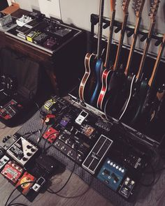 "#repost  Mattia Tedesco (@mattiatedesco) en Instagram: ""La lunga notte.  #noisemaker #pedalboard #rig #tour #gearybusey #toneheaven #guitarplayer…"""