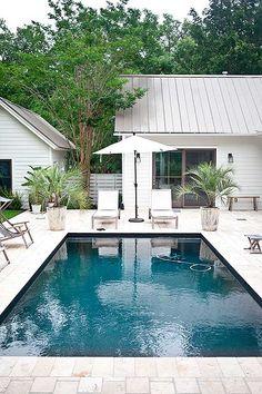 Piscina con pabellón de verano en casa de campo sureña norteamericana