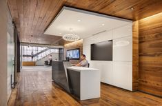 Office Snapshots - 2/557 - Discover Worldwide Office Design Corporate Interiors, Office Interiors, Reception Desk Design, Reception Desks, Cool Office Space, Office Spaces, Bathroom Showrooms, Counter Design, Modern Office Design
