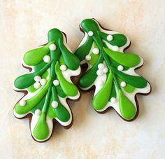 Mistletoe decorated sugar cookies -- a cookie decorating tutorial with video! Leaf Cookies, Fancy Cookies, Iced Cookies, Royal Icing Cookies, Christmas Sugar Cookies, Holiday Cookies, Christmas Treats, Christmas Baking, Holiday Treats
