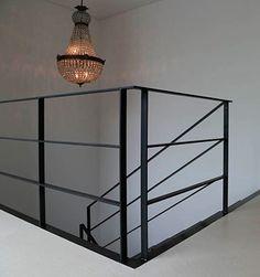 Stahlfaltwerktreppe mit dreigurtigem Geländer. Stahl verzundert.