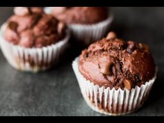 What do yogurt, oatmeal and bananas all have in common? They're all delicious breakfast staples that join together to create this absolutely fat-free and super moist muffins. Did I mention,… Banana Oatmeal Muffins, Yogurt Muffins, Yogurt Cake, Blender Food Processor, Food Processor Recipes, Chocolate Greek Yogurt, Chocolate Cake, Healthy Cupcakes