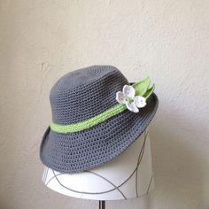 J'ai embelli le chapeau avec un ruban vert simple et une fleur de cornouiller et les feuilles . Vous pouvez facilement remplacer n'importe quelle fleur que vous aimez!  Le chapeau a été fait avec 2 brins de coton doigté poids fil et un 3.5 (E) mm crochet. Le chapeau s'adapte confortablement un 22 pouces (56 cm). J'ai noté que les lignes doivent être modifiées pour modifier la taille.  Lire la suite pour le modèle ...
