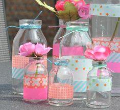 Flessen versierd met tape. Maar dit kan natuurlijk ook met vilt of viltband Kijk hiervan eens op http://www.bijviltenzo.nl