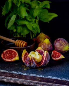 Summer figs in season here in Greece. Tastes great with some ricotta cheese, or any soft cheese such as chevre, and of course, drizzled with Greek honey. A simple summer dessert. Fig Season, Fruit In Season, Köstliche Desserts, Summer Desserts, Summer Treats, Summer Fruit, Fresh Figs, Raw Honey, Cheesecake Bars