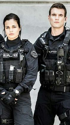 Jim street chris alonso I would love it if the producers of SWAT would think about developing more on the relationship with Street & Chris.or do they make better BFF's? Swat Police, Police Officer, Swat Gear, Lina Esco, Alex Russell, Kendall Jenner Body, Mejores Series Tv, Army Gears, Tv Series 2017