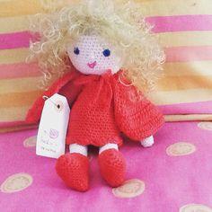 Caperucita Roja, la ropa es de quita y pon, ojitos de seguridad. Se vende por 25€