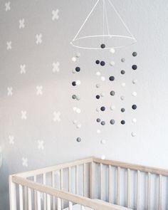 Ideal LACK Regale von Ikea werden zum Highlight wenn man sie mit einer Kleiderstange aus Naturholz best ckt Hellgrau ist eine wundersch ne Zimmerfarb u