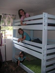 Triple Bunk Bed Plans that are easy to build with little or no experience. Cool Bunk Beds, Bunk Beds With Stairs, Kids Bunk Beds, Bunk Bed With Trundle, Triple Bunk Beds Plans, Bunk Bed Plans, Double Bunk, Tripple Bunk Bed, Diy Bett