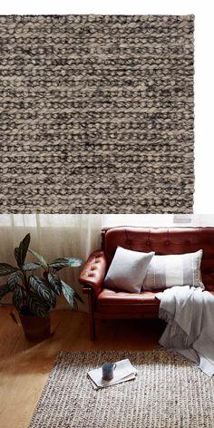 Unsere Kollektion Melby ist eine außergewöhnliche Webarbeit. Der Teppich ist von zurückhaltender melierter Farbe und aus reiner Schurwolle und Baumwolle handgefertigt. Die knotige Oberfläche gibt Melby ein robustes, festes Aussehen, das sich zudem jedem Einrichtungsstil anpasst. Bringen Sie mit diesem Teppich Ruhe und Wärme in jedes Zimmer.  Kombiniert mit einer rutschfesten Unterlage bleibt der Teppich an Ort und Stelle.