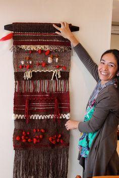 telar decorativo - Buscar con Google Weaving Textiles, Weaving Art, Tapestry Weaving, Loom Weaving, Hand Weaving, Art Textile, Textile Artists, Weaving Wall Hanging, Pom Poms