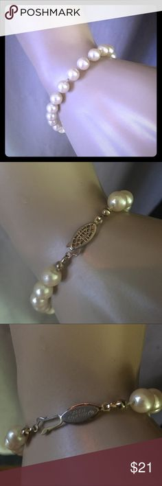 Vintage Sarah Coventry pearl bracelet Vintage bracelet. In great condition for its age. Sarah Coventry Jewelry Bracelets