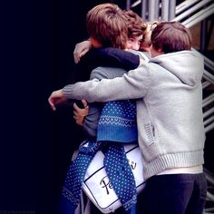 Every directioner needs to repin this rare picture of beauty