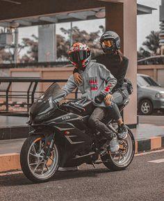 Motorcycle Couple Pictures, Biker Couple, Girl Riding Motorcycle, Dirt Bike Girl, Biker Love, Biker Girl, Couple Motard, Biker Photoshoot, Duke Bike