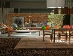 Casa Cor Alagoas: Garden Lounge, de Tiago Angeli e Ricardo Leão. Uma fusão entre terraço, praça e pátio, o ambiente funciona como uma grande área de estar no exterior. A proposta ganha vida com cores e materiais simples, como o tijolo de barro batido produzido no interior de Alagoas. Uma clarabóia deixa passar a luz natural. O balanço Bodocongó e a poltrona Balão são assinadas pelo designer paraibano Sérgio Matos; já a mesa lateral Gunga e a luminária Taioba são de autoria da dupla.