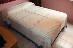 Colcha de algodón elaborada artesanalmente en telar de pie en colo rnatural y detalles bordados en color azul. Tamaño matrimonial. MX $600 US $38