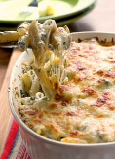 Cheesy Spinach Dip Chicken Pasta – your new favorite dinner! Spinach dip and pasta get together to create one cheesy and creamy dish! You need to make it! (baked pasta with chicken one pot) Pasta Dishes, Food Dishes, Food Food, Spinach Dip, Spinach Pasta, Frozen Spinach, Creamy Spinach, Spinach Meals, Spinach Recipes