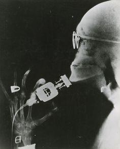 Westinghouse demonstra um barbeador elétrico com tecnologia de raios-x, May 1941.Photograph pela Westinghouse Electric Corp