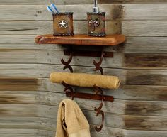 Not my style but I can see how popular it could be: Rustic Horseshoe Towel Holder - Reclaimed Furniture Design Ideas Horseshoe Projects, Horseshoe Crafts, Horseshoe Art, Horseshoe Ideas, Horseshoe Boot Rack, Western Bathroom Decor, Western Bathrooms, Barn Bathroom, Bathroom Things