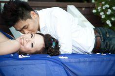 新娘躺新郎吻
