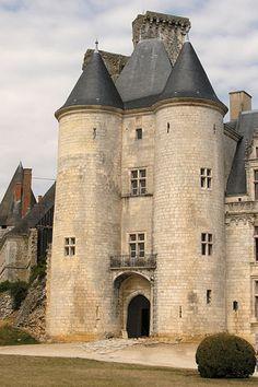 Le Château Rochefoucauld en Charente, Poitou-Charentes. Situé dans le nord est d'Angoulême dans la Charente, Rochefoucauld est posé sur une avancée rocheuse au dessus de la rivière Charente et de la ville du même nom.
