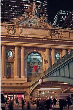 La stazione di Grand Central Terminal - a volte chiamata Grand Central Station o semplicemente Grand Central - è una stazione ferroviaria terminale a Midtown Manhattan a New York(WIKIPEDIA)