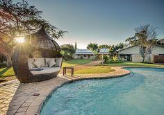 Saragossa Game Lodge bied die perfekte plekkie vir jou om te sit terwyl jy elke nou en dan 'n toontjie in die swembad druk. Outdoor Seating, Outdoor Decor, Game Lodge, Kruger National Park, Hot Days, Savannah Chat, South Africa, Swimming Pools, Relax