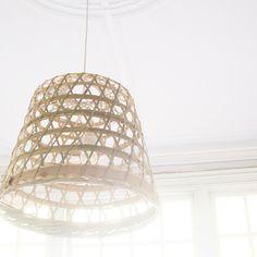 Maak een lamp van een Ikea mand! Spuit hem eventueel nog in een mooie pastel of wittint.
