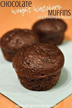 Curb your sweet cravings while you're on a diet with these Chocolate Weight Watchers Muffins. Get the 1.5 Freestyle point recipe on www.drugstoredivas.net.
