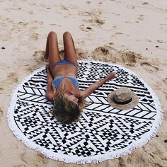 The Beach People - Beach towel round - serviette de plage ronde - graphic aztec black white noir blanc aztheque graphique scandinave scandinavian