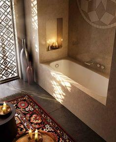 Badezimmer-Einrichtung: Nische mit Badewanne und Ablgage
