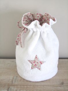 Trousse de Toilette/Pochon Eponge Blanche et Liberty Eloïse Nina Coin Couture, Baby Couture, Couture Sewing, Sewing Crafts, Sewing Projects, Jute Tote Bags, Sewing Patterns, Crochet Patterns, Creation Couture