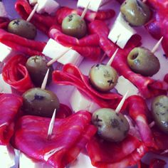 olive, feta and chorizo snack Nibbles For Party, Tapas Party, Snack Recipes, Healthy Recipes, Food Trends, Chorizo, The Best, Appetizers, Favorite Recipes