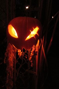 No directions, but this is a really cool pumpkin! would look cool with orange doll parts hanging out