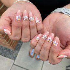 nude white simple flower daisy nail art design Daisy Nail Art, Daisy Nails, Floral Nail Art, Nail Art Diy, Spring Nail Art, Spring Nails, Nail Art For Beginners, Cute Summer Nails, Pretty Designs