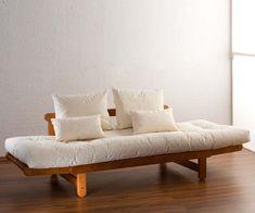 Scandi trifft auf Fernost: Futonsofa Tokachi mit Holzgestell und Futon. Rückenkissen inkl. Optional mit Dekokissen  #japan #scandi #sofabed Scandi Chic, Couch, Japan, Minimalist Design, Ad Home, Timber Wood, Settee, Sofa, Sofas