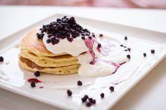 Sladká snídaně - lívance, smetana, sezonní ovoce, káva, džus / Sweet breakfast - pancakes, cream seasonal fruits, coffee, juice. Ethnic Recipes, Food, Essen, Meals, Yemek, Eten