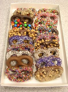 A mix of dipped pretzels like this would make such a lovely hostess gift gifts-gifts-gifts