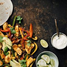 Yhden pellin halloumi-fajitas | Maku Mexican Food Recipes, Ethnic Recipes, Halloumi, Fajitas, Paella, Tacos, Food And Drink, Red Peppers, Mexican Recipes