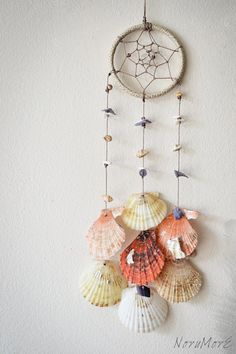 Do it yourself ideas and projects: 50 Magical DIY Ideas with Sea Shells dream catcher Seashell Art, Seashell Crafts, Beach Crafts, Diy And Crafts, Arts And Crafts, Seashell Wind Chimes, Wooden Crafts, Diy Tumblr, Do It Yourself Decoration