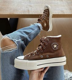 Mode Converse, Converse Sneaker, Sneaker Outfits, Brown Converse, Converse Boots, New Converse, Converse Chuck Taylor, Dr Shoes, Hype Shoes