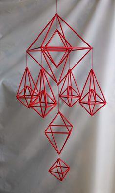 設計図を作る 今回作るのはこれ! 単純ですが なかなか綺麗です! 制作スタート 材料を準備する まずは大きな三角形から制作 短いモールはつなぐ パーツが揃った! ... Straw Crafts, Diy Straw, Mobiles, Diy Projects To Try, Crafts To Make, Wire Crafts, Paper Crafts, Feather Mobile, Wooden Main Door Design