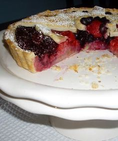 Crisp tart with fruit and almonds