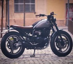 This beauty is for sale! Esta belleza esta a la venta. #kawasaki #caferacerbarcelona #tracker #zx400 #gpz400 #barcelona #bcn #forsale #enventa #custom #unique #classy #classyasfuck by overboldmotorco...