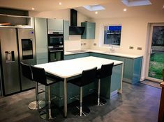 White Sparkle Quartz island with a drop down leg. looking stunning.👌🏽🔥Excellent colours in this modern kitchen. Supplied by finished Install by    Stone Uk, Breakfast Bar Kitchen, Looking Stunning, Apollo, Kitchen Design, Kitchens, Quartz, Sparkle, Colours