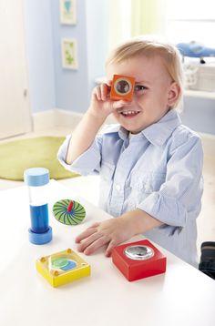 """Kleiner """"Optikbaukasten"""" - Für erste visuelle Experimente - so entdecken die Kleinsten spielend die Welt der Optik! Durch Kombinieren der Farben und Formen entstehen Mischfarben, spannende Muster und Effekte in Bewegung. Beim Spielen mit dem Spiegel erleben die neugierigen Entdecker kleine optische Illusionen und erkunden sich und den Raum neu! (Artikelnummer 5988)"""