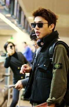 Yoo Ah In at the airport.  He always seems so cool and ready for anything. -Lily #asianfashion #airportfashion